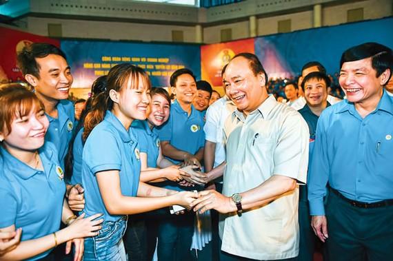 Thủ tướng Chính phủ Nguyễn Xuân Phúc giao lưu với đại diện công nhân các tỉnh Quảng Nam, Thừa Thiên-Huế và Đà Nẵng.