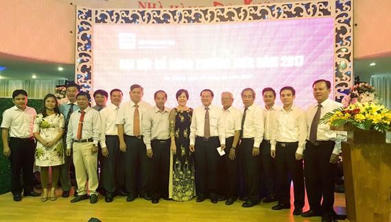 Ban Tổng Giám đốc cùng các cổ đông chụp ảnh lưu niệm.