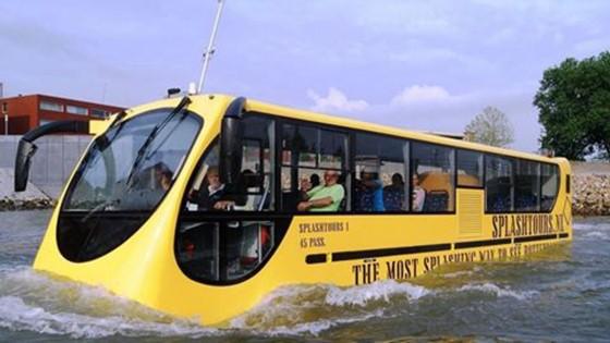 Chờ buýt đường sông
