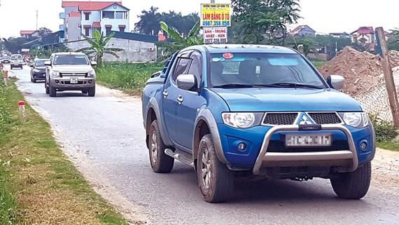 Từng đoàn xe lưu thông qua đường liên xã Đình Dù trốn trạm thu phí trên quốc lộ 5