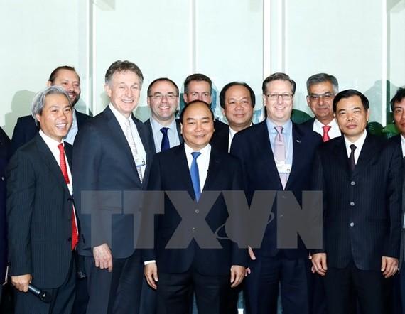 Thủ tướng Nguyễn Xuân Phúc với các đại biểu Tọa đàm với lãnh đạo các doanh nghiệp WEF về kinh tế Việt Nam.