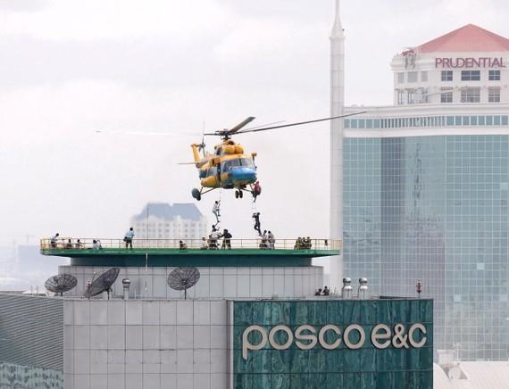 Trực thăng tham gia cứu hộ các nạn nhân trong một cuộc diễn tập tại TP.HCM - Ảnh: T.T.D.