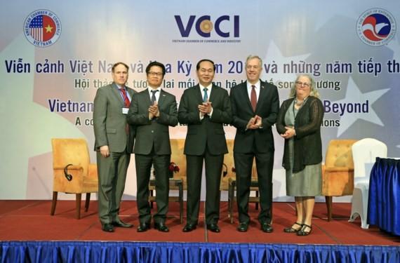 Chủ tịch nước Trần Đại Quang cùng Đại sứ Hoa kỳ tại Việt Nam Ted Osius chụp ảnh chung với lãnh đạo Phòng Thương mại và Công nghiệp Việt Nam và lãnh đạo Hiệp hội Thương mại Hoa Kỳ. Ảnh: NHAN SÁNG - TTXVN