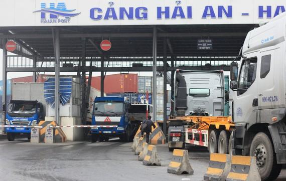 Xe container nối đuôi nhau ra vào tại khu vực cảng 128, TP Hải Phòng - Ảnh: TIẾN THẮNG