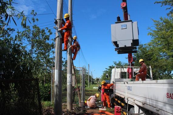 Công nhân Điện lực Cần Thơ lắp đặt trạm biến áp mới