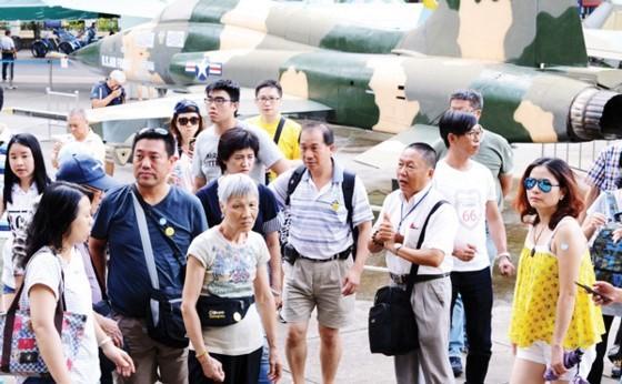 Du khách tham quan Bảo tàng Chứng tích chiến tranh (TPHCM)