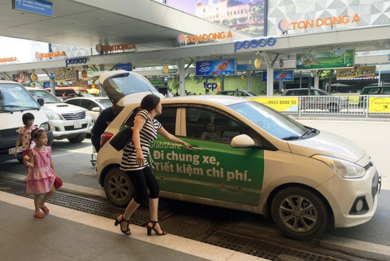 Đa số tài xế xe Grab phải thuê xe khoảng 10 triệu/tháng và đóng phí tầm 25% cho hãng. Trong ảnh: Tài xế xe Grab đón trả khách tại sân bay Tân Sơn Nhất.