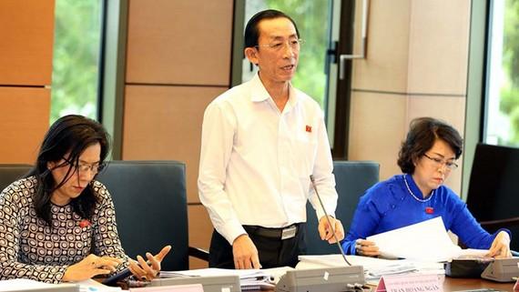 ĐB Trần Hoàng Ngân phát biểu thảo luận tổ