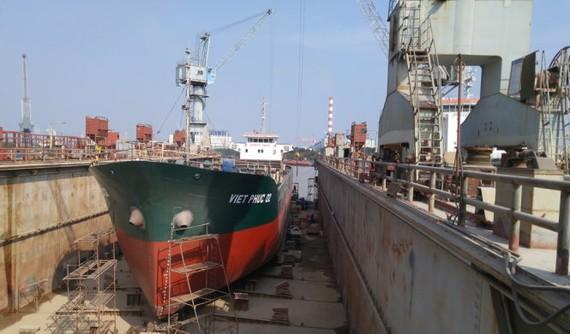 Công ty đóng tàu Phà Rừng dù đã tái cơ cấu nhưng vẫn gặp khó khăn, đang phải quay trở lại thế mạnh về sửa chữa tàu thay vì đóng mới - Ảnh: TIẾN THẮNG