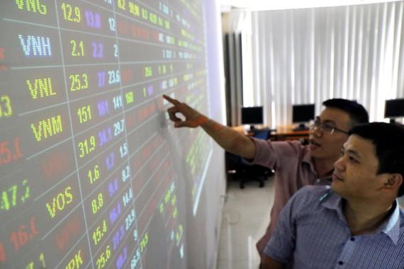 Cần phải xây dựng TP.HCM thành trung tâm kinh tế - tài chính lớn và cả nước cần có 2-3 trung tâm như thế để nâng cao vị thế đất nước. Trong ảnh: một sàn giao dịch chứng khoán tại TP.HCM