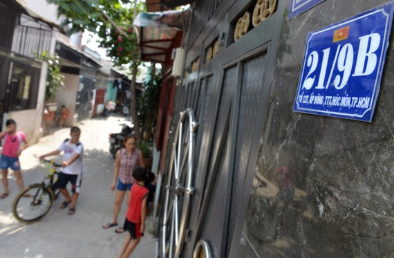 Người dân tại khu đất đường Ấp Đông, xã Thới Tam Thôn, huyện Hóc Môn (TP.HCM) không thể làm hồ sơ xin cấp sổ đỏ vì chủ đất dù đã bán đất nhưng sổ đỏ cũ lại đang thế chấp ở ngân hàng