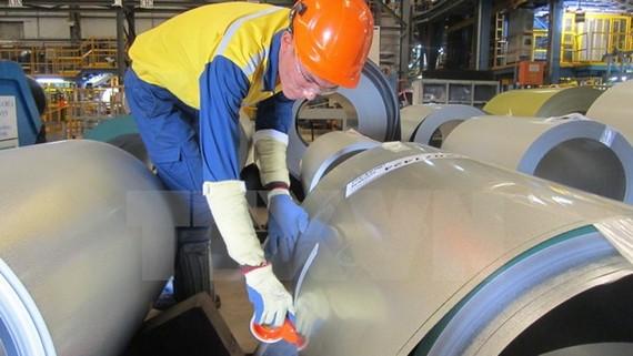 Công nhân Công ty TNHH NS BlueScope đóng gói thành phẩm thép mạ.