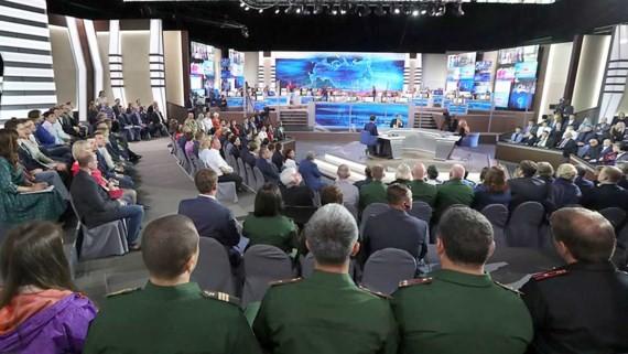 """Quang cảnh trường quay chương trình """"Đường dây trực tiếp"""" của Tổng thống Putin tại Nga"""