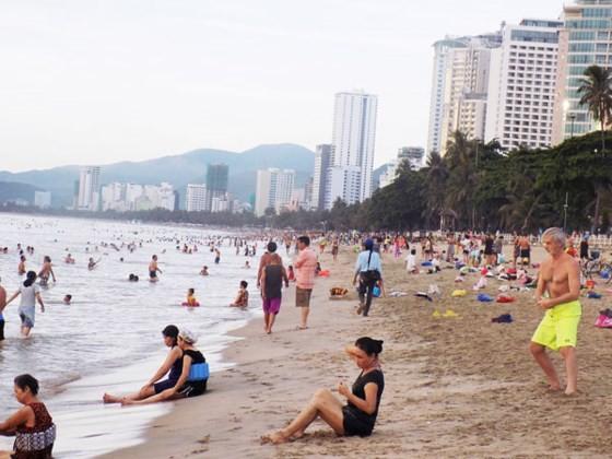 Khách Việt khó chen chân khi du lịch Nha Trang
