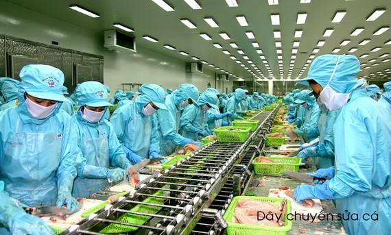 Khung cảnh nhộn nhịp của hàng ngàn công nhân trong nhà máy đang miệt mài thi đua sản xuất