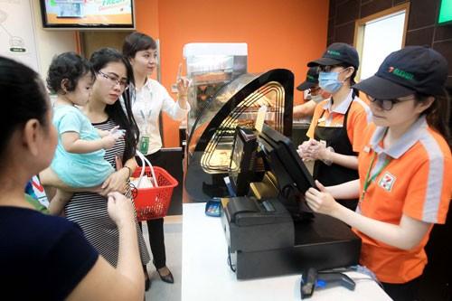 Quầy thực phẩm tươi của 7-Eleven luôn thu hút khách hàng