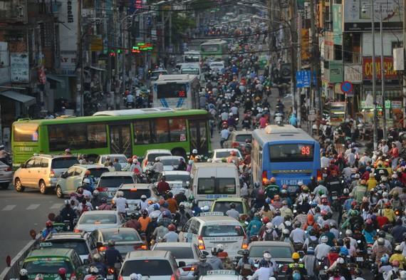 Xe buýt, xe máy và ôtô chen chúc trên đường Xô Viết Nghệ Tĩnh, Q.Bình Thạnh, TP.HCM