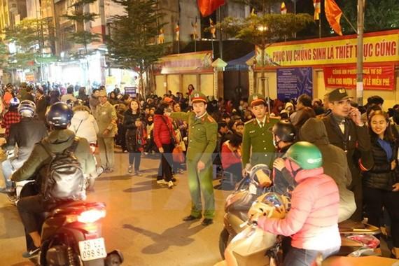 Công an Thành phố Hà Nội làm nhiệm vụ tại khu vực chùa Phúc Khánh, quận Đống Đa.