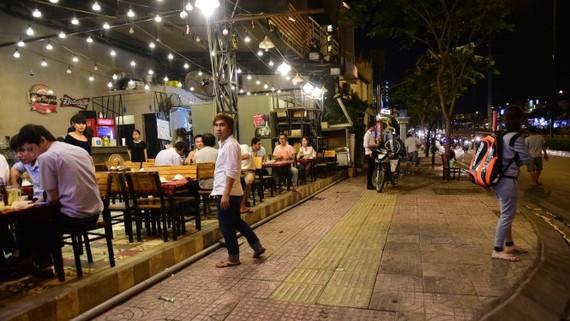 Vỉa hè trước một quán nhậu trên đường Phạm Văn Đồng được dọn dẹp thông thoáng, không làm ảnh hưởng tới người đi bộ