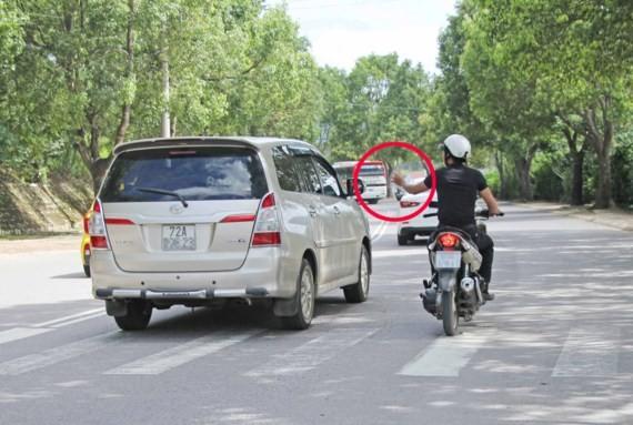 Cò đặc sản bám theo du khách để chèo kéo về điểm mua đặc sản trên đường Phù Đổng Thiên Vương, TP Đà Lạt.