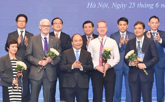 Thủ tướng Nguyễn Xuân Phúc chúc mừng các nhà đầu tư tại hội nghị xúc tiến đầu tư Hà Nội.