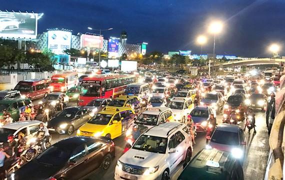 """Nhiều chuyên gia cho rằng, dịch vụ """"đi chung xe"""" mang lại nhiều tiện ích cho người dùng và giảm tải hạ tầng giao thông, nên khống chế số lượng chứ đừng cấm."""