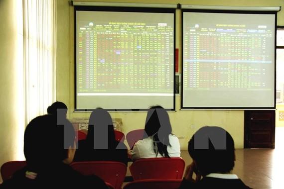 Sắc xanh chào tuần mới, VN-Index tăng 2,41 điểm