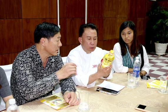 Vua Đầu bếp Martin Yan nghiên cứu các tính năng đặc biệt của Ranee để chế biến các món ăn thật độc đáo.