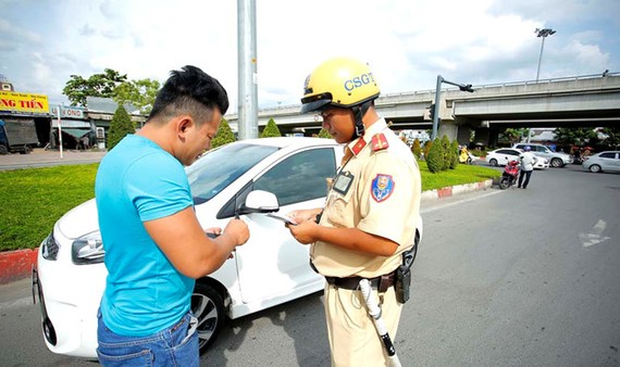 Đội CSGT Hàng Xanh (TP.HCM) kiểm tra giấy tờ xe của chủ phương tiện trên QL13 chiều 3.7
