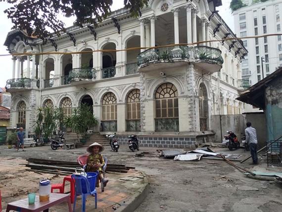 Một phần mặt trước của căn biệt thự xưa 3 mặt nổi tiếng ở Q.3, TP.HCM từng được cho thuê làm quán ăn, quán cà phê