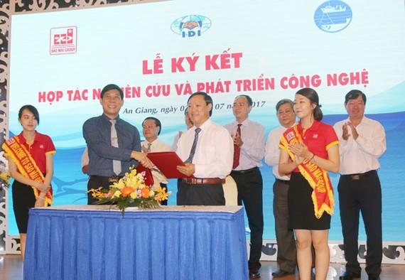 Ông Lê Văn Chung, TGĐ Công ty IDI và TS. Nguyễn Quang Hùng, Viện trưởng Viện Nghiên cứu Hải sản thực hiện nghi thức ký kết hợp đồng hợp tác.