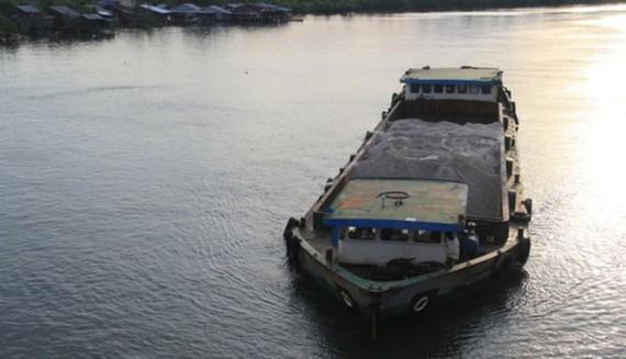 Một tàu chở cát tại Campuchia - Ảnh: BBC