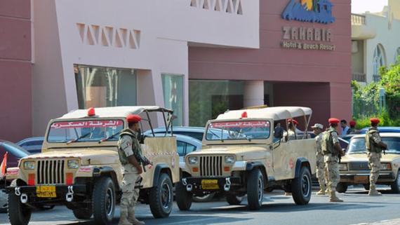 Lực lượng an ninh tại khách sạn Zahabia ở Hurghada, nơi 2 du khách Đức bị đâm chết ngày 14-7-2017. Ảnh: EPA