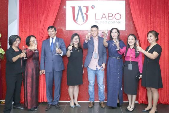 Bà Lê Hoàng Lan_Ngưới sáng lập, kiêm Tổng Giám đốc LABO (thứ ba từ phải sang) cùng các cộng sự và đối tác