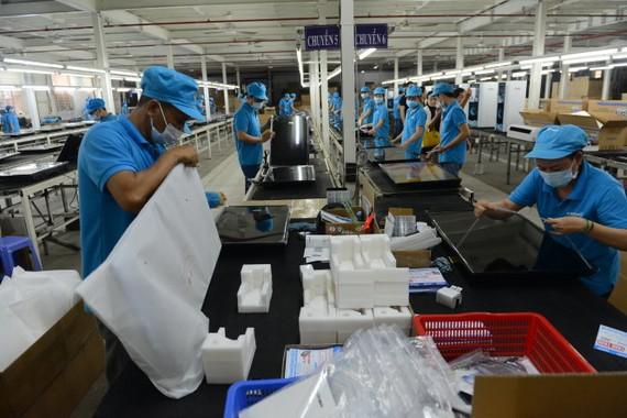Nhiều người đầu tư bất động sản thay vì góp vốn vào sản xuất hoặc mua cổ phiếu. Trong ảnh: dây chuyền sản xuất của Công ty cổ phần điện tử Asanzo VN, Q.Bình Tân, TP.HCM - Ảnh: Q.ĐỊNH