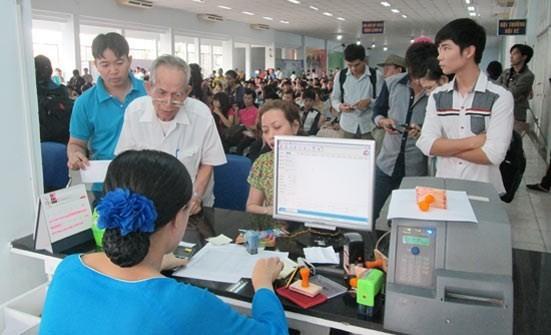 Hành khách đăng ký mua vé tàu tại ga Sài Gòn