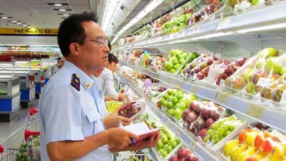 Cơ quan chức năng tổ chức kiểm tra thực phẩm tại một siêu thị ở Hà Nội