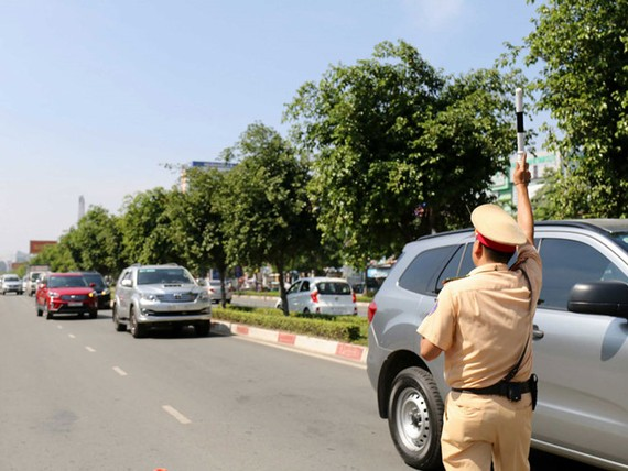 Việc tài xế thiếu bản chính Giấy đăng ký ô tô có nguy cơ bị phạt khiến thị trường ô tô gặp khó