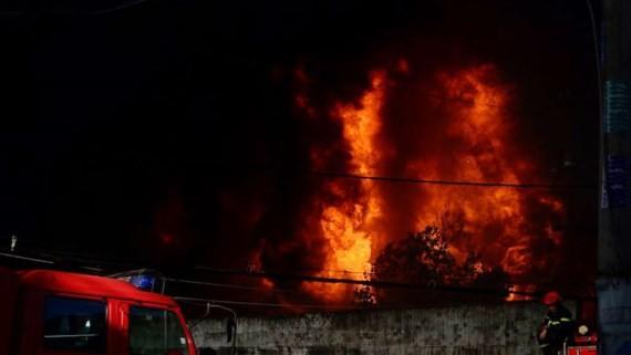 TPHCM: Hàng trăm Cảnh sát chữa cháy công ty nhựa Tuấn Thông