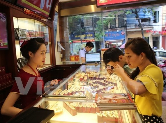 Giao dịch vàng tại Bảo Tín Minh Châu.