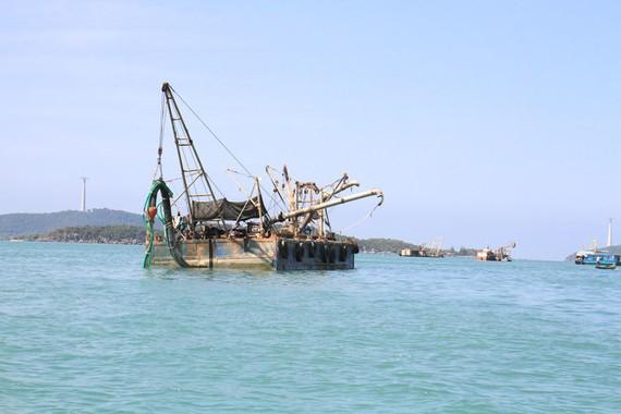 Tàu bơm hút cát nhiễm mặn tại đảo Phú Quốc để xuất khẩu sang Singapore