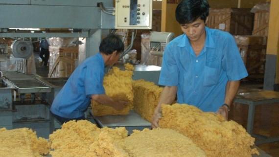 Chế biến cao su xuất khẩu tại Nhà máy chế biến cao su Long Thành (Đồng Nai). Ảnh: Cao Thăng