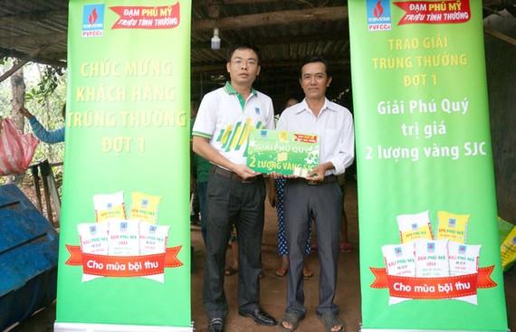 Đại diện PVFCCo trao thưởng và chia vui với khách hàng may mắn.