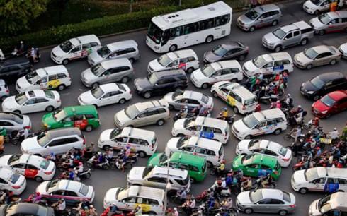 Các thành phố lớn như Hà Nội và TP HCM đang chịu áp lực lớn về quá tải các phương tiện giao thông (Ảnh minh họa: KT)