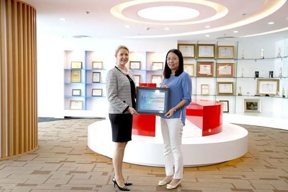 Ms. Deborah Jensen GĐ Dịch vụ và vận hành Khu vực Đông Nam Á và bà Nguyễn Hương Loan – Phó TGĐ Maritime Bank