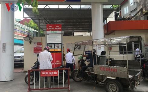 Cửa hàng xăng dầu trên đường Khâm Thiên gần khu dân cư và thường xuyên bị ùn tắc