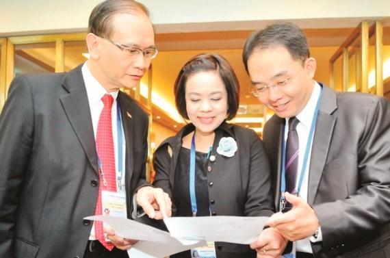 Các đại biểu dự APEC trao đổi tại hội nghị .