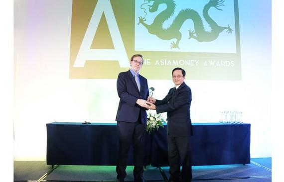 Ông Matthew Thomas, trưởng đại diện ở châu Á – đại diện Ban tổ chức trao giải thưởng cho ông Nguyễn Thành Đô – Phó CT HĐQT, đại diện HDBank nhận giải thưởng.