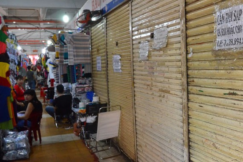 Nhiều tiểu thương chợ An Đông treo bảng sang sạp do mua bán ế ẩm, chợ xuống cấp nhưng chậm được sửa chữa. Ảnh: TẤN THẠNH