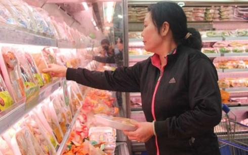 Người dân tìm mua thịt gà tại một siêu thị ở TP.HCM. Ảnh: HOÀNG GIANG